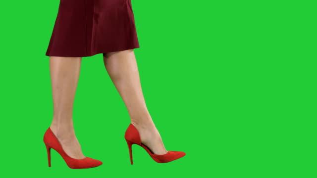 Sexy-Frau-Beine-in-roten-Heels-walking-Business-Dame-auf-einem-Green-Screen-Chroma-Key