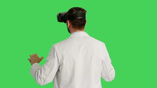 Toma-media-de-un-científico-que-usa-el-receptor-VR-Cámara-gira-a-su-alrededor-Fondo-es-pantalla-verde-