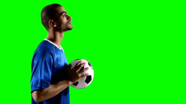 Perfil-de-jugador-de-fútbol-con-un-balón-de-fútbol