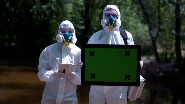 Dos-ecologistas-en-trajes-ambientales