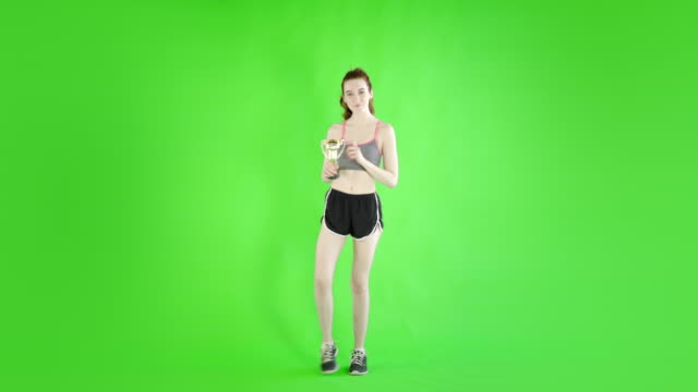 mujer-caucásica-studio-verde-aislado-sexy-flaca-20s-4-k-sport-fit-slim
