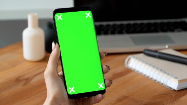 Person-mit-Handy-in-der-hand-mit-Greenscreen-Anzeige