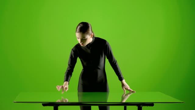 Chica-atractiva-joven-modelo-virtual-touch-gesto-de-pantalla-en-el-estudio-de-pantalla-verde-Gesto-futurista-interactivo-Tiro-medio-ProRes-disparar-sobre-Blackmagic-Ursa-Mini-Pro