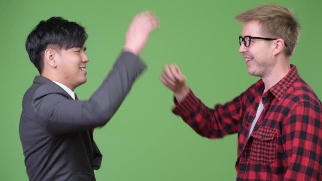 Joven-empresario-asiático-guapo-y-joven-empresario-escandinavo-trabajando-juntos