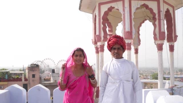 Hombre-guapo-y-bella-mujer-caminando-con-confianza-en-una-azotea-en-Rajasthan-India
