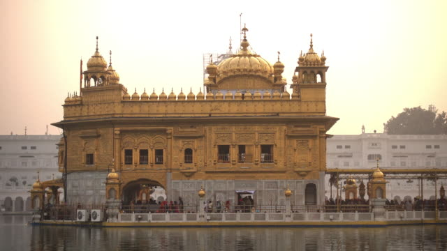 Video-of-Sikh-pilgrims-in-the-Golden-Temple-at-sunset-during-celebration-day-in-December-in-Amritsar-Punjab-India-Harmandir-Sahib-is-the-holiest-pilgrim-site-for-the-Sikhs-