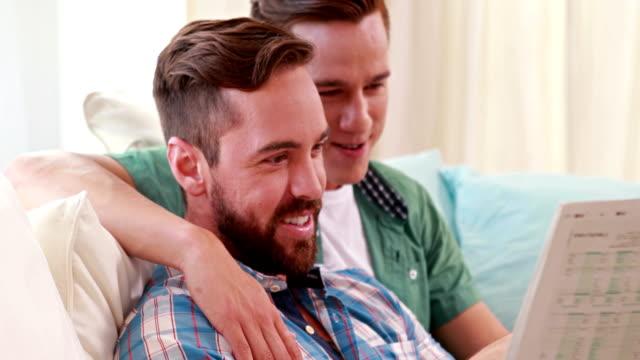 Homosexuelles-Paar-reden-und-lesen-Zeitung