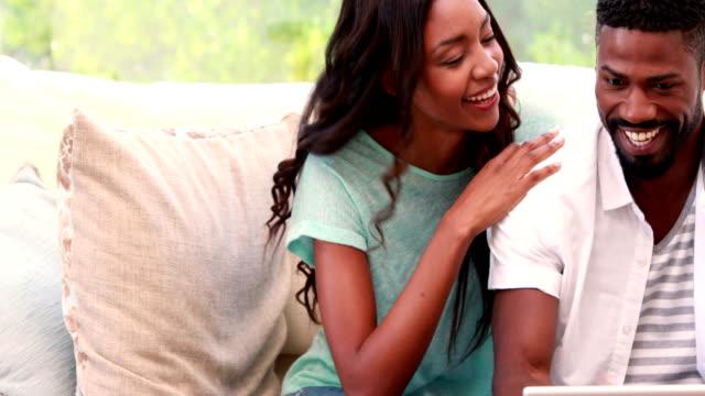 Glücklichen-Menschen-lächelnd-in-der-sofa