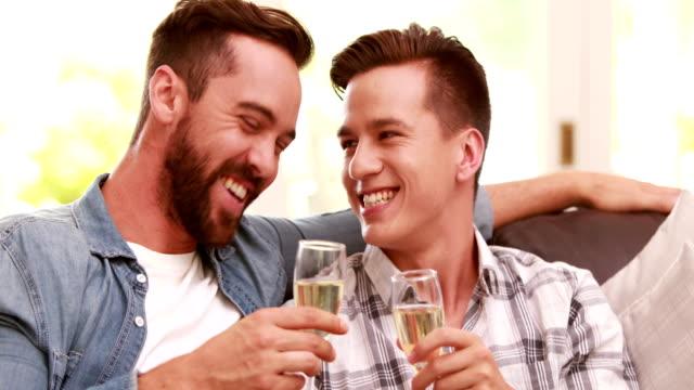 Homosexuelles-Paar-trinken-Champagner