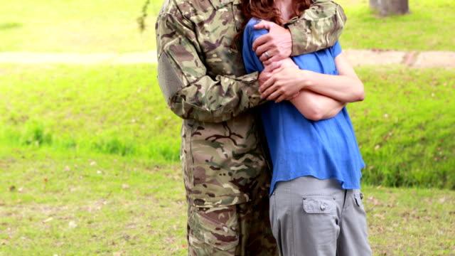 Soldaten-seine-Frau-glücklich