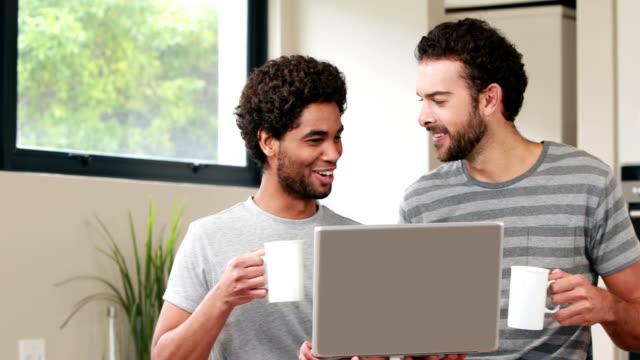 Glücklich-Homosexuelles-Paar-mit-Computer