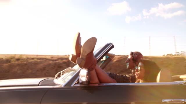 Aventura-pareja-adolescente-en-un-viaje-por-carretera-descapotable-con