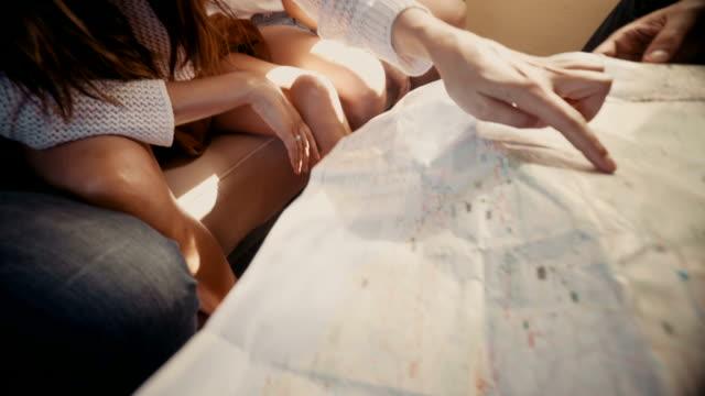 Eine-Gruppe-von-junge-hipster-Freunde-schaut-an-Karte-in-klassisch-van