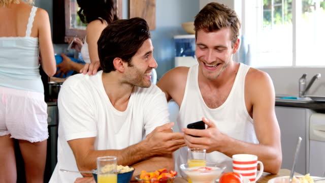 Nette-Paare-Kochen-und-Lachen-in-Küche