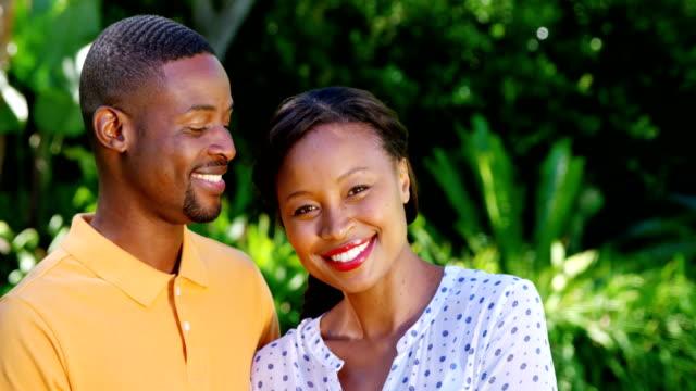 Retrato-de-linda-pareja-posando-y-sonriendo