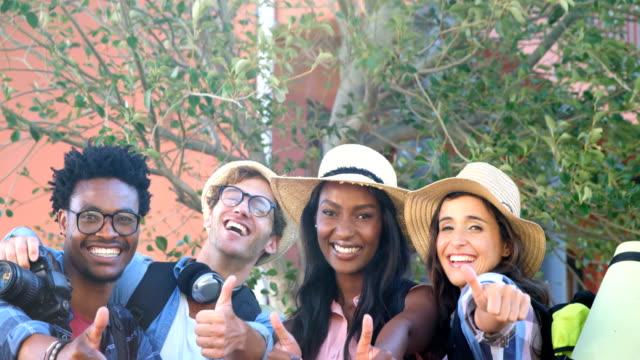 Hipster-Studenten-sind-an-der-Kamera-mit-Daumen-oben-lächelnd-