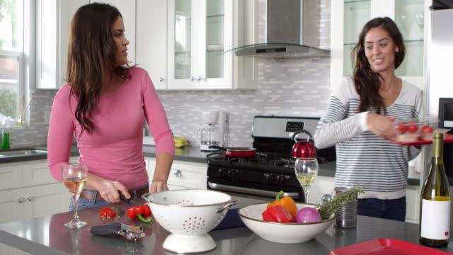 Weibliche-Homosexuell-Paar-gemeinsam-eine-Mahlzeit-zuzubereiten-Schüsse-aufs-R3D