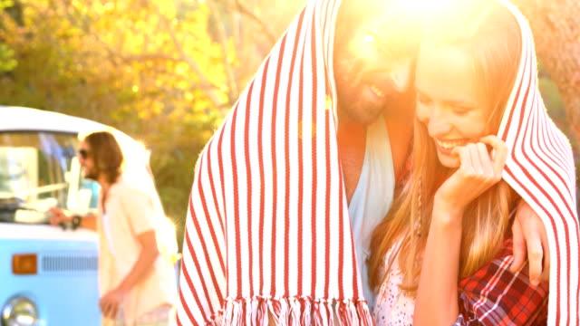 Paar-versteckt-sich-unter-einem-Schal