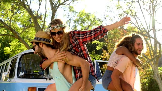 Hipster-jungen-Mädchen-auf-ihren-Schultern-tragen