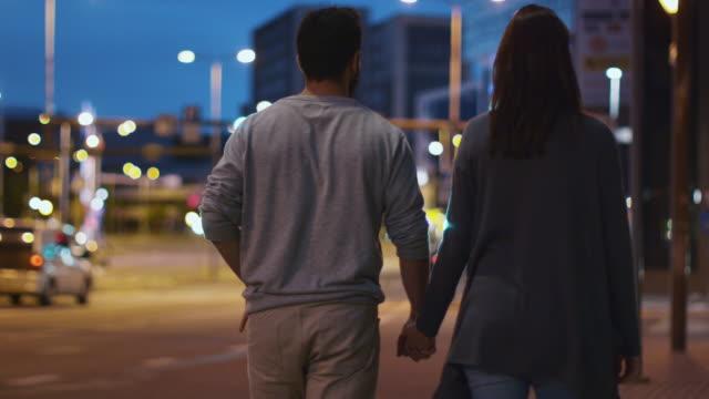Folgen-Sie-Schuss-von-attraktiven-glückliche-Paar-Straßen-der-Nacht-Stadt