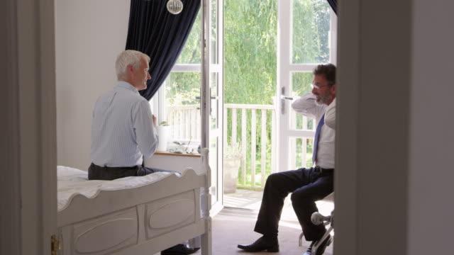 Homosexuelle-Paare-im-Schlafzimmer-anziehen-für-Arbeit