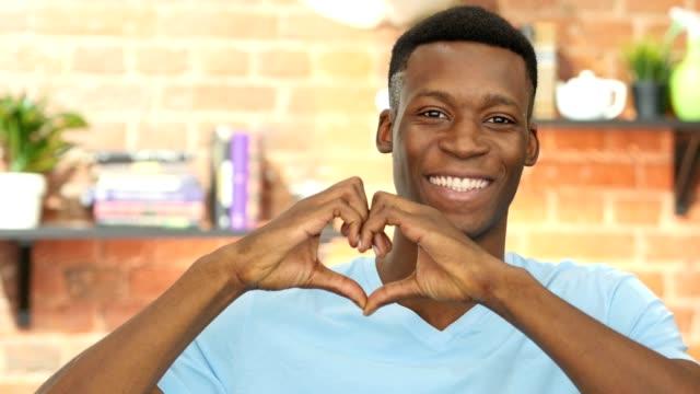 Muestra-del-corazón-hecho-a-mano-por-el-empresario-negro