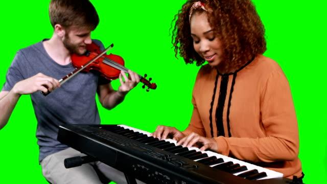 Músicos-tocando-el-piano-y-la-guitarra