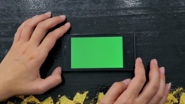 Mujer-con-smartphone-con-pantalla-verde