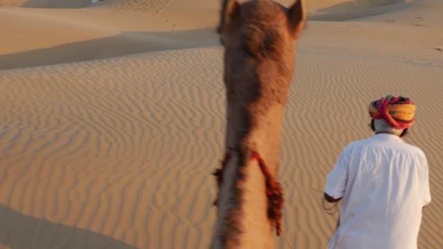 Punto-de-vista-de-un-paseo-de-camello-en-las-dunas-de-arena-en-el-desierto