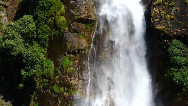 Cascada-en-Himalaya-gama-Nepal-de-vista-aérea-de-abejón