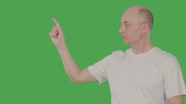 Kaukasischen-Mann-zeigenden-Zeigefinger-zeigen-oder-etwas-isoliert-auf-grünem-Hintergrund-1-2-3-Punkt-Alpha-Kanal-ausgestanzten-Greenscreen
