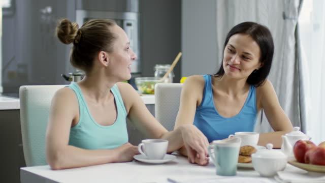 Weibliche-Liebespaar-Tee-trinken
