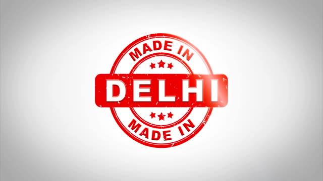 En-DELHI-firmado-sellado-Sello-madera-animación-de-texto-Tinta-roja-en-el-fondo-de-superficie-de-papel-blanco-limpio-con-verde-mate-fondo-incluido-