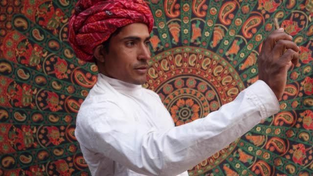 Hombre-guapo-de-Rajasthani-tomar-autorretratos-en-una-cámara-de-teléfono-celular-móvil-en-Pushkar-India