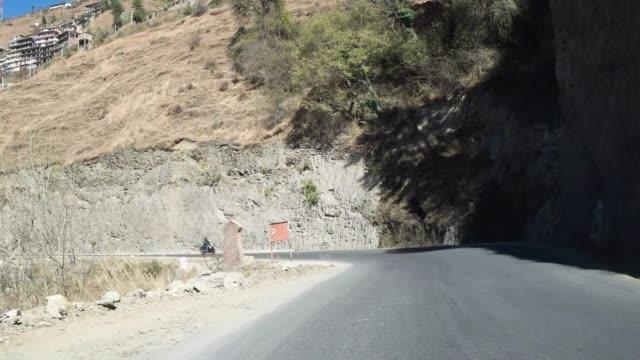 Conducción-lapso-hyper-POV-a-través-de-la-carretera-carreteras-del-Himalaya