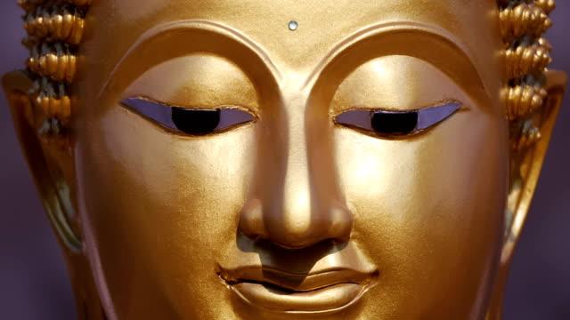 Estatua-de-Buda-de-oro-de-cerca-alejar