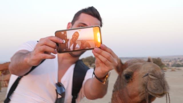 Tomando-un-selfie-con-camello-en-el-desierto