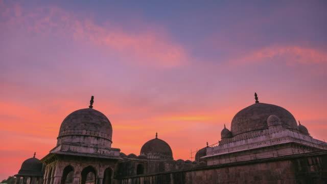 Lapso-de-tiempo-la-India-Mandu-afgano-ruinas-de-islam-Unido-Mezquita-monumento-y-tumba-musulmana-Linterna-colorida-del-cielo-al-amanecer-