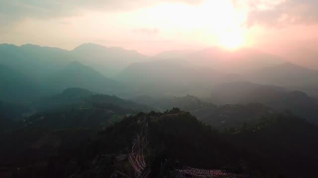 Puesta-de-sol-sobre-el-valle-en-las-montañas-del-Himalaya-Nepal