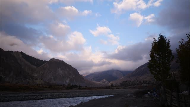 Río-en-Himalaya-gama-Nepal-de-vista-aérea-de-abejón