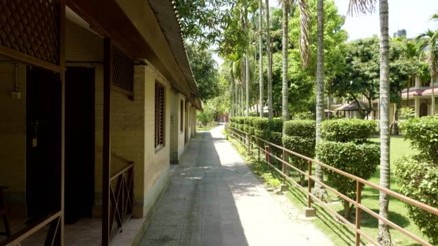 Grünen-Innenhof-des-Hotels-in-Asien-Dorf-im-Chitwan-Nationalpark-Nepal-