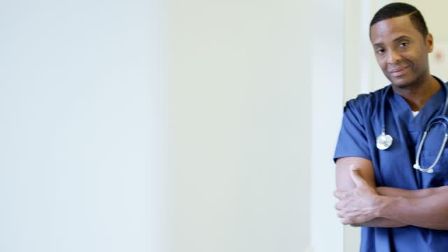 Porträt-des-afroamerikanischen-Krankenpfleger-im-Krankenhaus