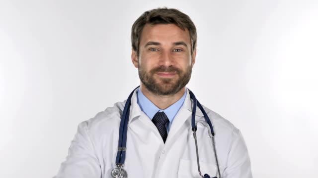 Retrato-del-Doctor-gesticular-signo-de-Victoria