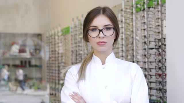 Oculista-en-tienda-de-gafas-retrato-de-sonriente-optometrista