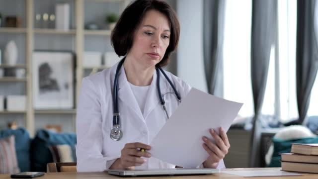 Informe-médico-Doctor-de-la-señora-vieja-lectura-documentación