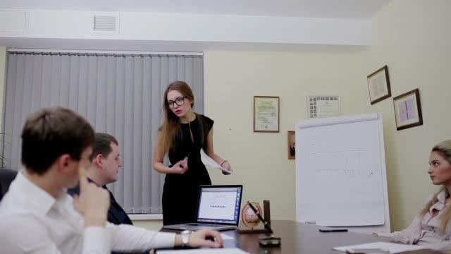 Reunión-de-negocios-en-la-oficina