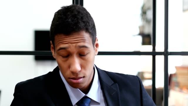 Hombre-de-negocios-negro-cansado-en-el-trabajo-confundido
