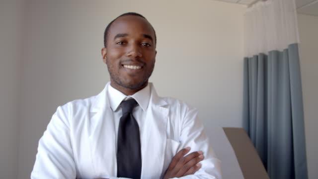 Retrato-de-hombre-doctor-usando-abrigo-blanco-en-la-sala-de-examen
