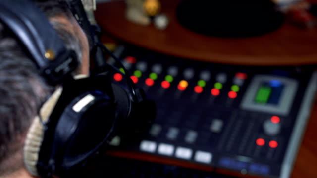 Personalidad-de-la-radio-DJ-en-el-aire