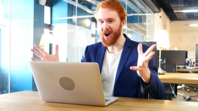 Hombre-celebra-éxito-trabajando-en-ordenador-portátil